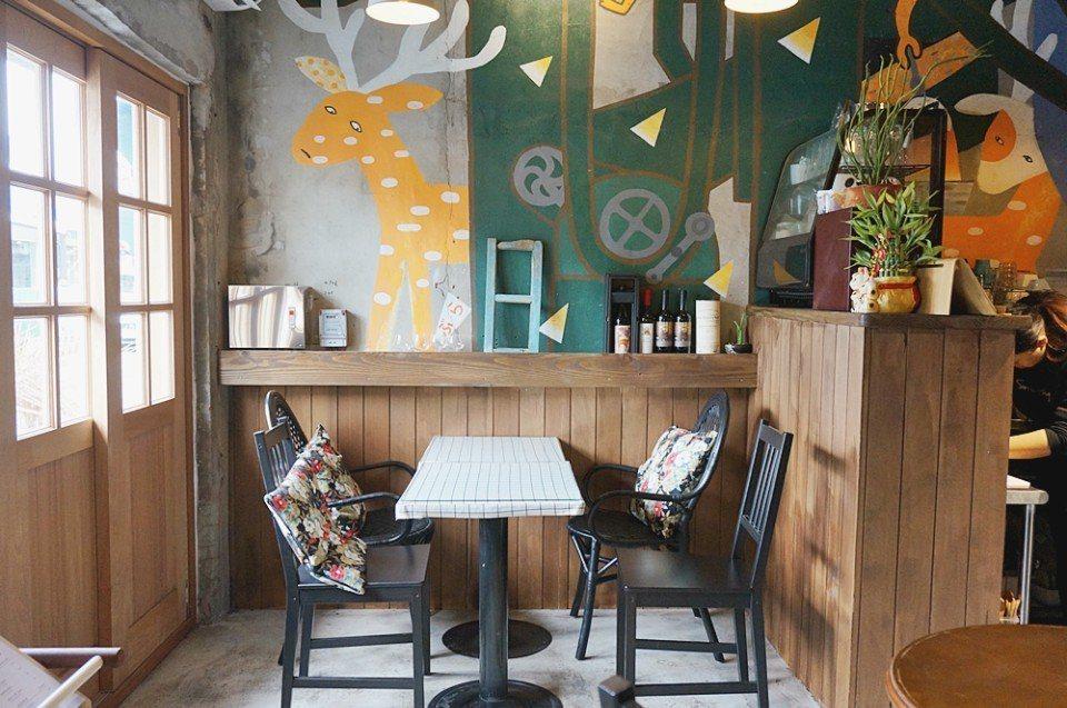麋谷壁畫、家飾融入南國風情。(攝影/林郁姍)