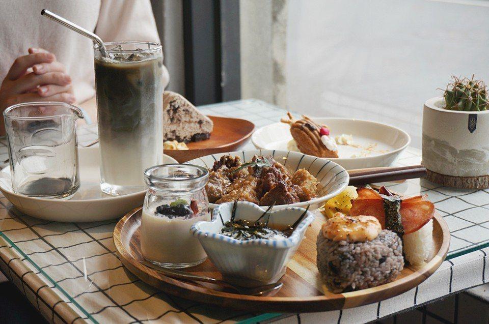麋谷有媽媽的私房料理,也有恆春著名甜點珊珊來食。(攝影/林郁姍)
