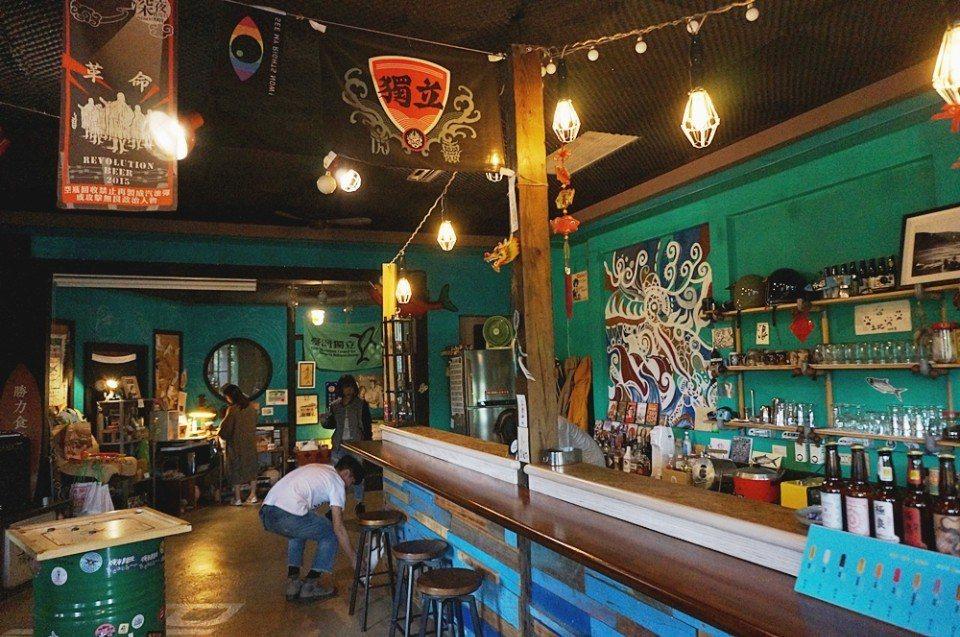 嗨嗨以咖啡、調酒為主,延伸各種共同工作者的獨特角落。(攝影/林郁姍)