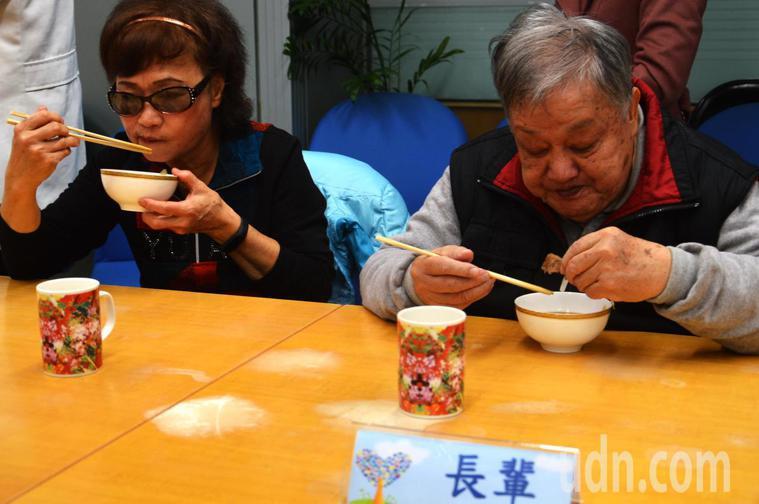 試吃的長者吃得很開心。記者施鴻基/攝影