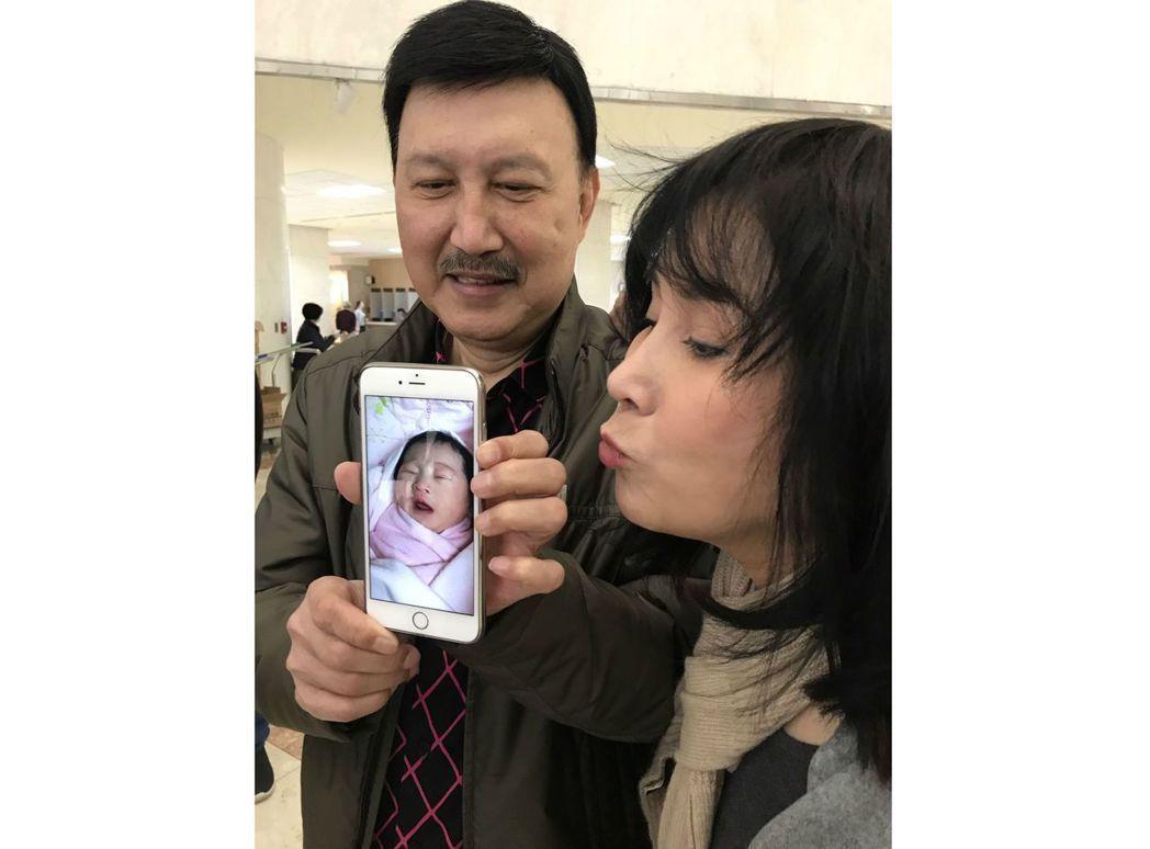 余天(左)和李亞萍很體恤採訪記者,女兒剛生產當天,應記者要求,就在醫院樓下和大家...