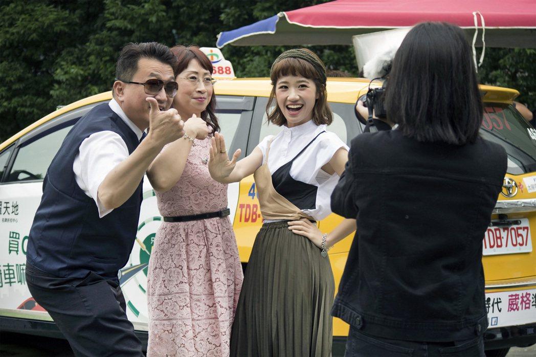 LuLu和爸、媽合拍MV。圖/環球唱片提供