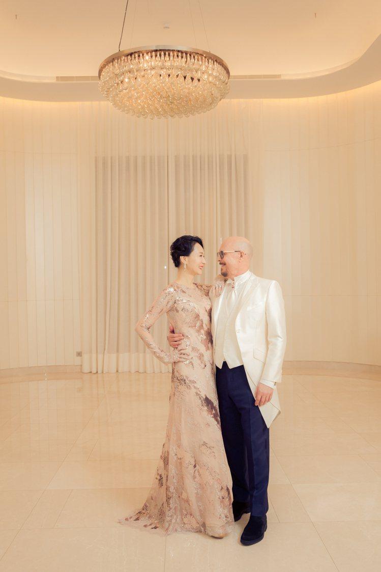 坣娜穿LinLi Wedding為她特別打造的一襲茱萸粉蕾絲亮片禮服,展示優雅身...