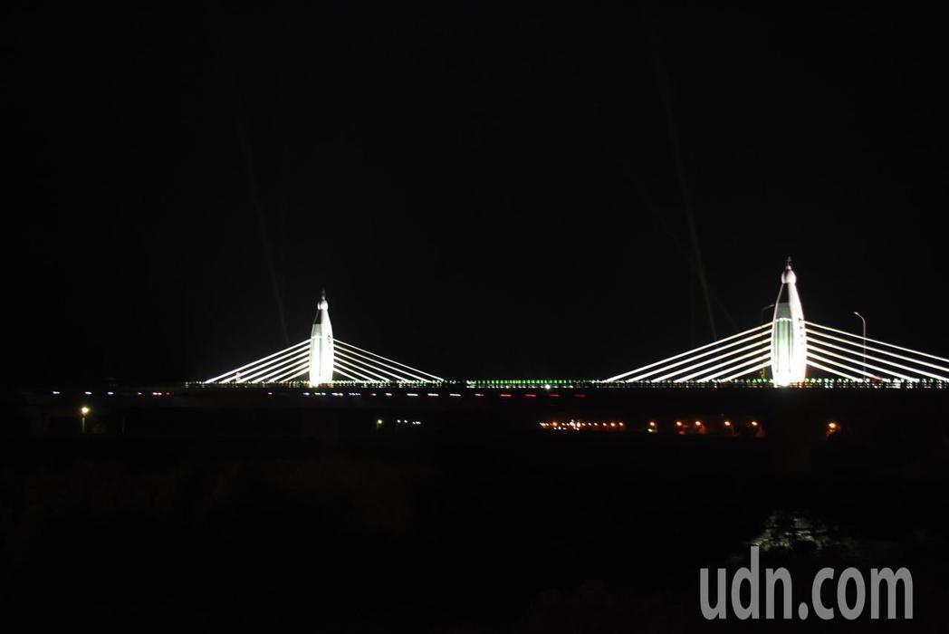 台61 線王功至芳苑交流道段全長4.8公里,跨越後港溪的兩座斜張橋入夜後非常漂亮...