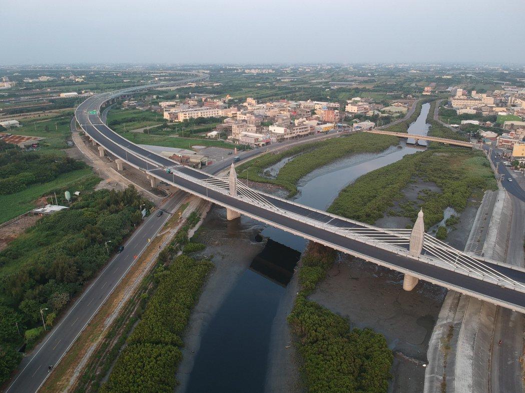 台61 線王功至芳苑交流道段竣工,跨越後港溪路段構成麗美的弧形圖案。空拍照/彰化...
