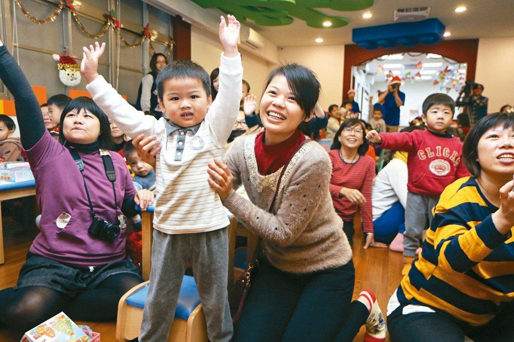 新北社會局耶誕城蓋薑餅屋活動,吸引大批親子參加,場面非常熱鬧。 記者王敏旭/攝影