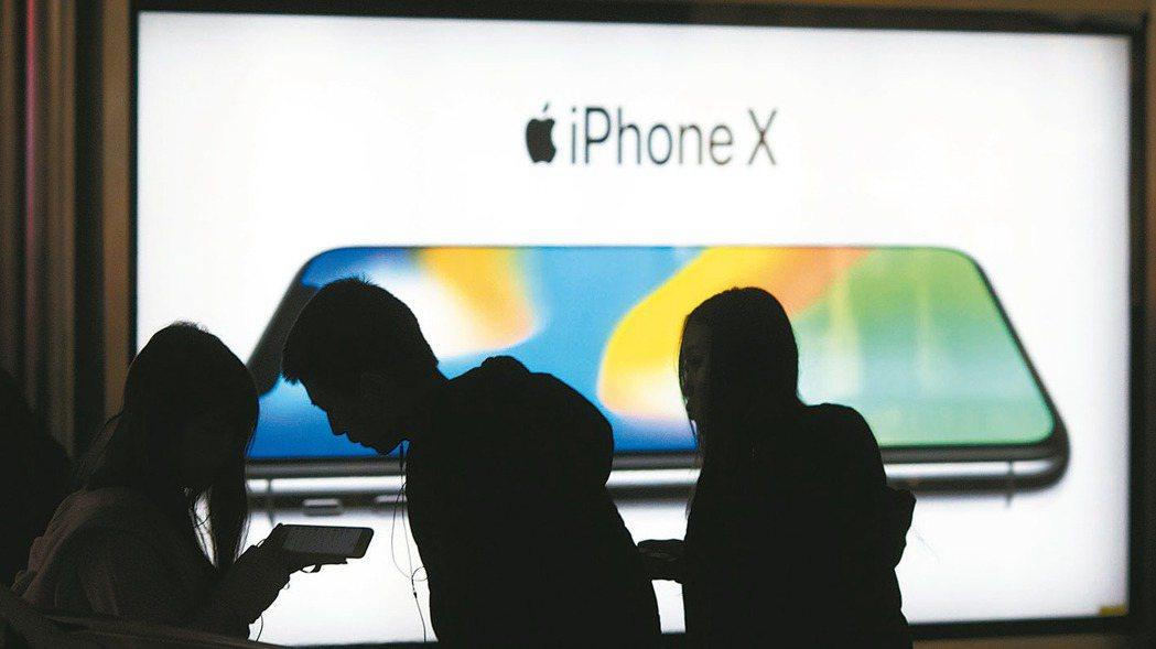 明年台股表現依舊看好半導體、電子消費新科技。圖為iPhone X。 美聯社