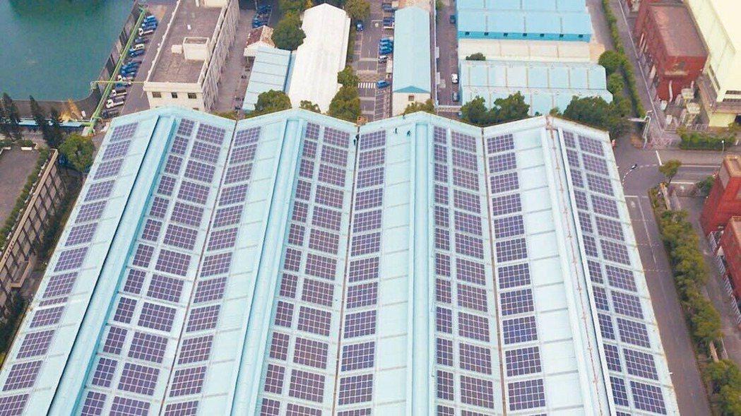 中鋼太陽能光電展現成果,每年減碳2萬公噸,相當50座大安森林公園,為國內太陽能光...