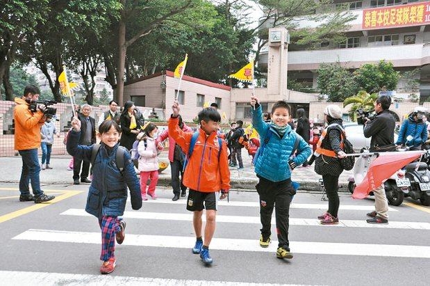 桃園市兒童少年保護協會發起愛的禮讓旗活動,家長響應認捐3萬面「禮讓小旗」,第一批...