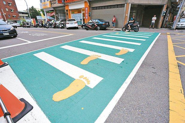 台中市在全市設置220處「綠斑馬」,提醒駕駛人注意學童安全。 台中市新聞局/提供
