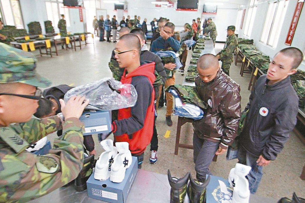 軍事訓練役男在成功嶺報到,剃完頭髮後大家魚貫領取軍裝。 資料照片