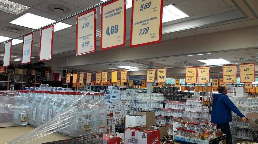 拉脫維亞相對便宜的酒類價格,為邊境城鎮帶來了不小商機。圖為拉脫維亞瓦爾加的一家大...
