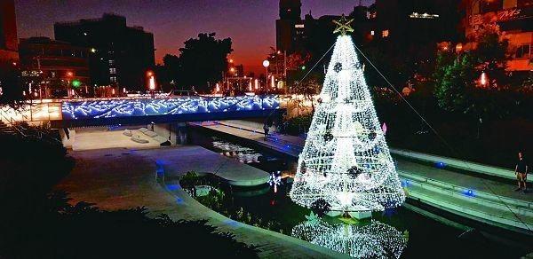全台首座水中聖誕樹,於柳川登場。