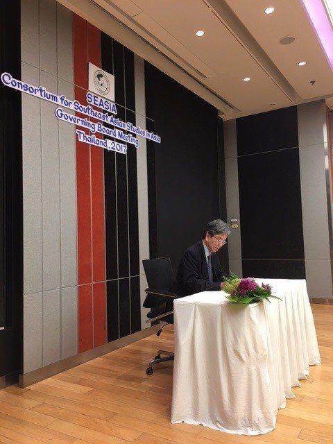 政大東南亞中心執委會蕭新煌主席代表簽署新章程。 政大東南亞研究中心/提供。