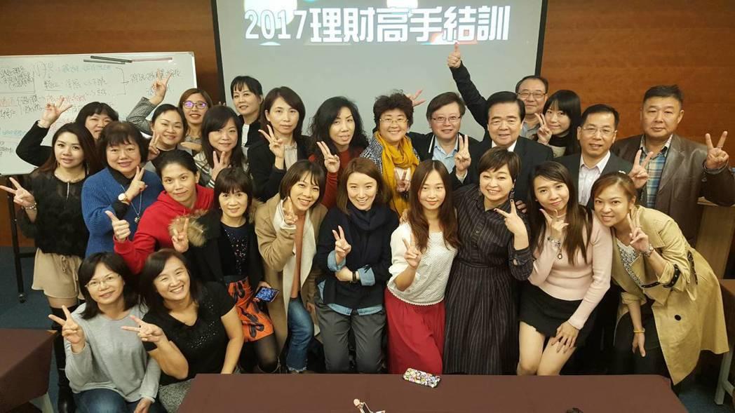 精聯保險經紀人2017高階理財研習營的同仁與朱曉龍總經理(二排右三)合影。