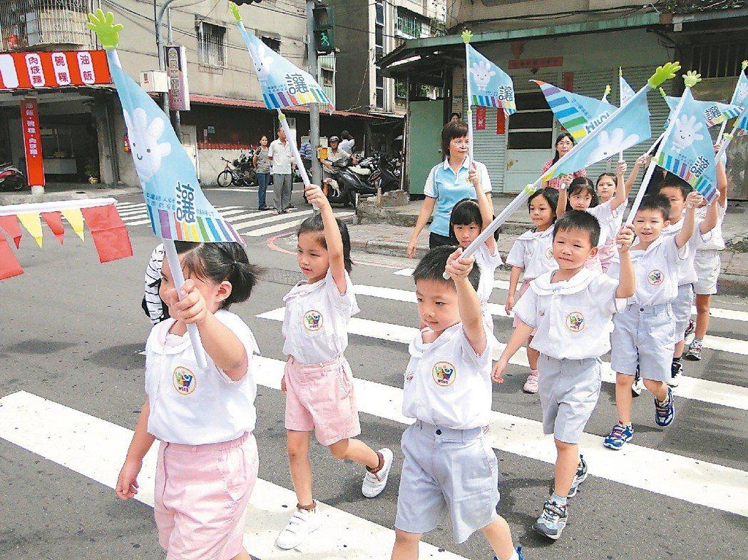 交通部曾參考先進國家的作法,2011年發送17萬支「禮讓小旗」給全國近8成的小一...