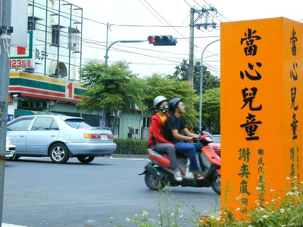 雖經多年宣導,國內馬路上「車比人大」的情況仍舊普遍,危及到學童過馬路的安全。 圖...