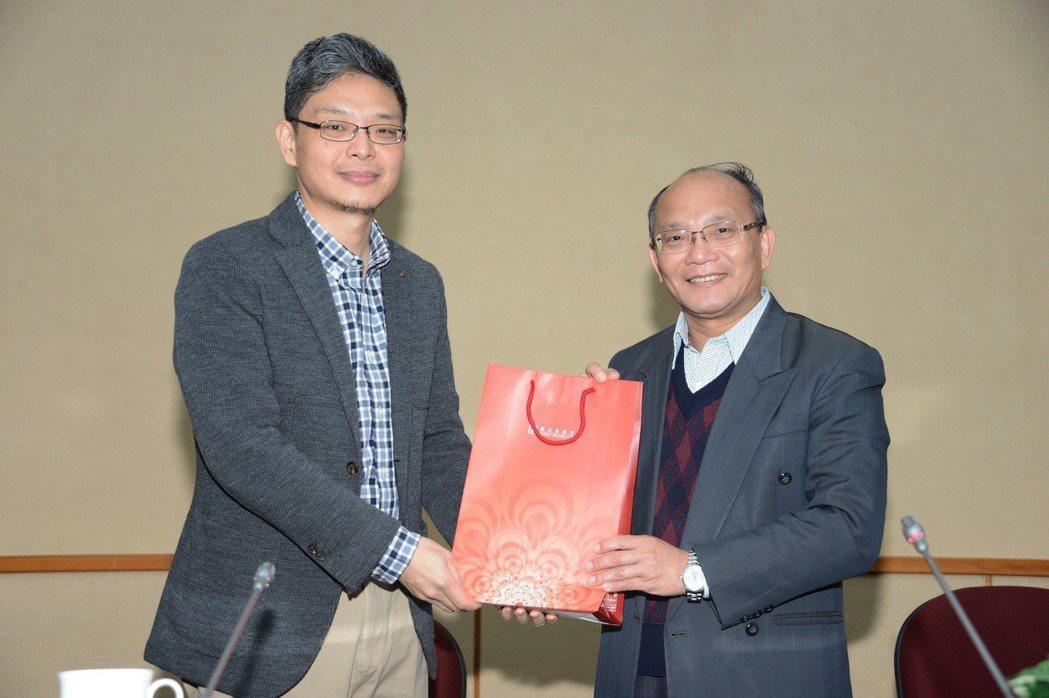 黃俊儒教授(左)與南大黃宗顯校長合影。 南大/提供。