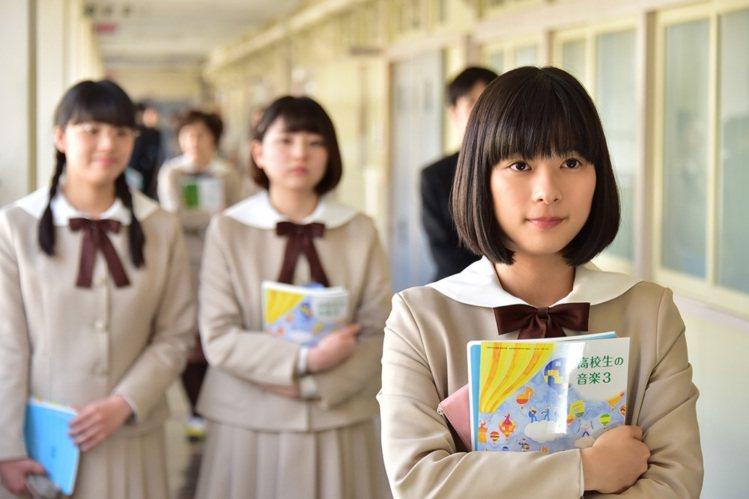 芳根京子在《好想大聲說出心底的話》中頂著一顆小丸子。頭圖/甲上提供