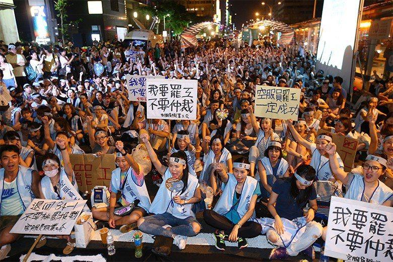 2016年,華航職業工會發動罷工,逼迫資方退讓。然而一年過去,工會幹部反遭資方清算。 圖/聯合報系資料照