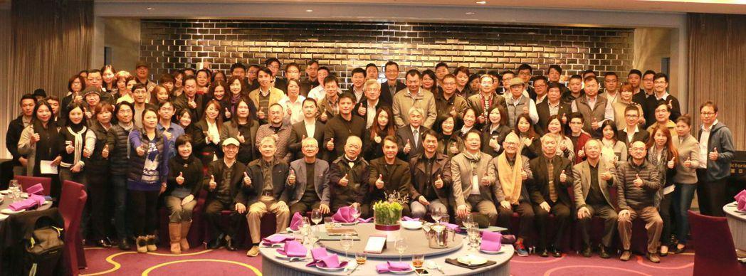 參與台灣室內設計專技協會理監事交接典禮出席貴賓合影。 簡銘佑/ 攝影