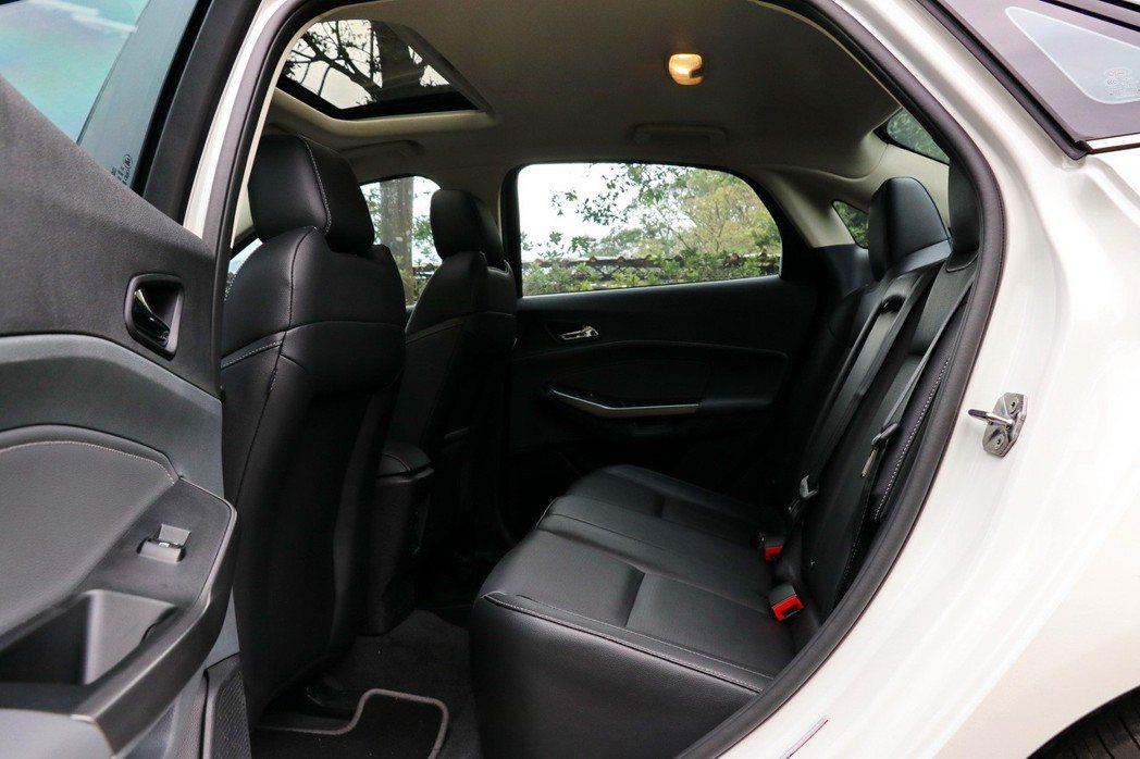 Ford Escort不論頭部或膝部空間都相當充裕。 記者陳威任/攝影