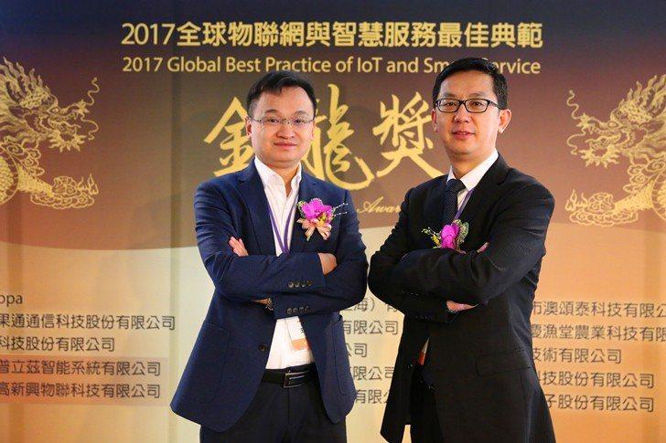 無錫物聯網研究院副院長王泉(左)與深圳高新興物聯科技總裁古永承,對全球物聯網產業...