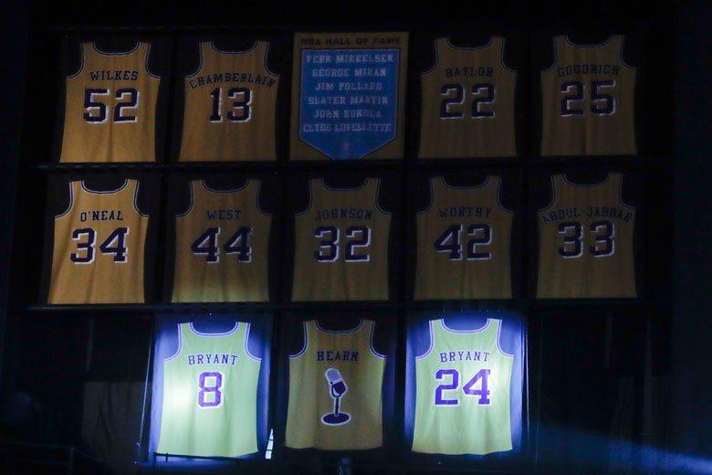 布萊恩的8號和24號球衣加入張伯倫、魔術強森、賈霸、歐尼爾等前輩行列,高掛在湖人...