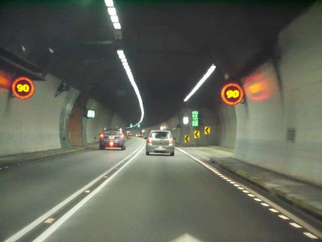 雪隧限速90公里,隧道內設16支測速器科技執法,超速可連續罰。 記者吳淑君/攝影