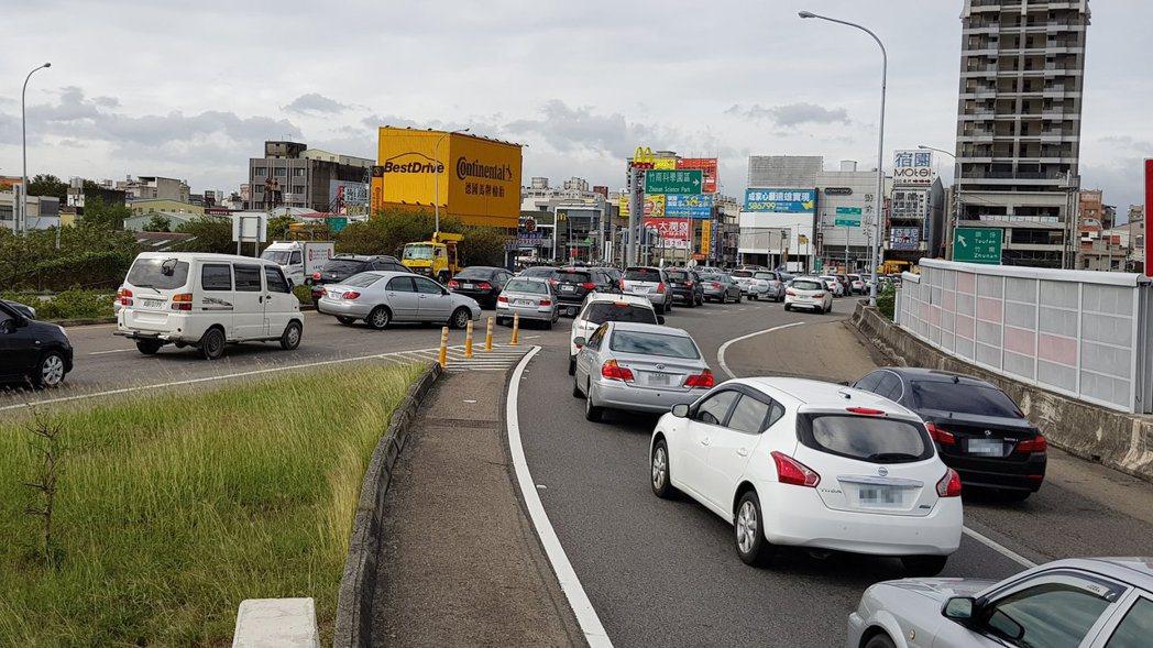 高速公路大塞車,有人投機走匝道路肩,小心被人用行車記錄器拍下檢舉。 聯合報系資料...
