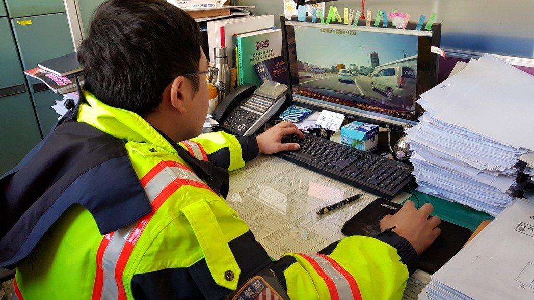 行車記錄器普及,民眾透過影片檢舉違規案件暴增。 記者黃瑞典/攝影