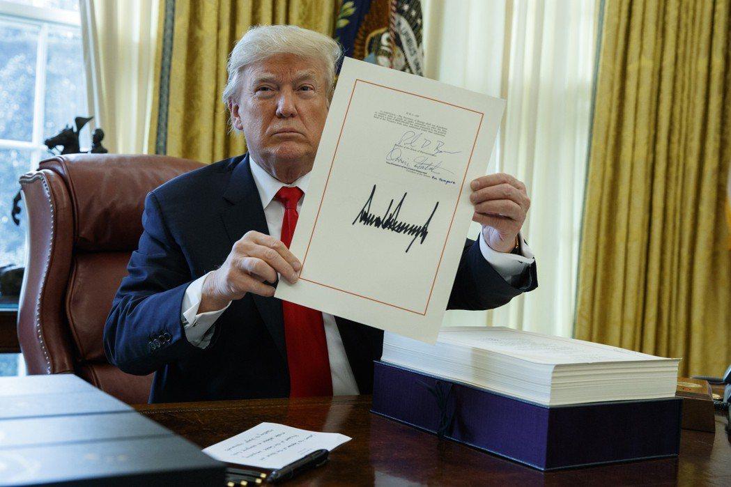 川普簽了! 圖/美聯社