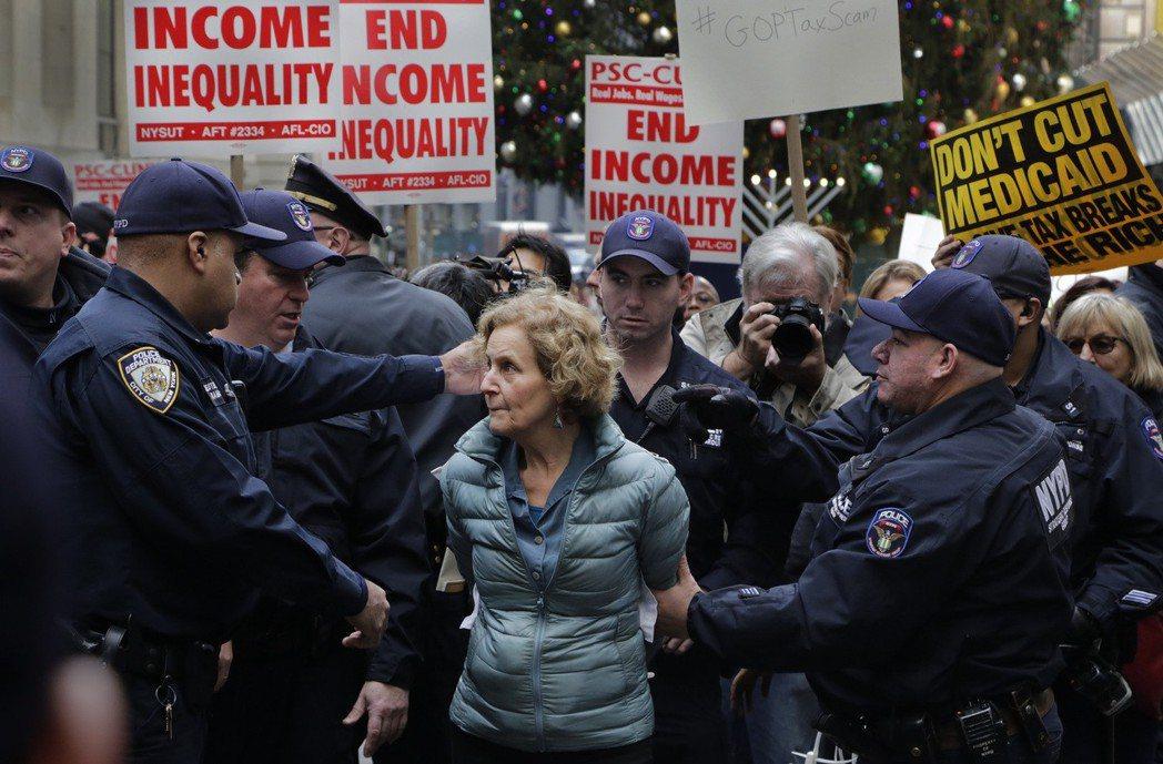 聖誕節前,紐約證卷交易所出現大批抗議民眾,反對向富人傾斜的稅改。 圖/美聯社