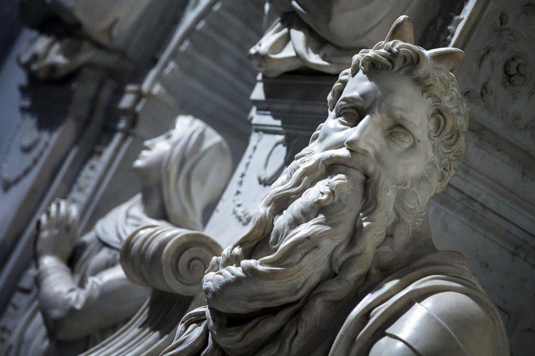 在16世紀初,米開朗基羅接連完成了《大衛像》、《創世紀》、《摩西雕像》與麥第奇小...