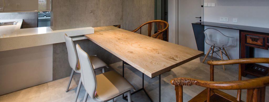 改造後的客廳長餐桌可容下多人交誼,仿木紋的薄片瓷板不僅利於清潔,晶瑩剔透的色澤與...