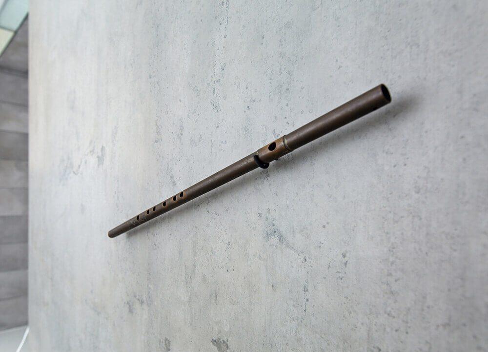 一只粗糙的銅管安在家中最醒目處,凝聚半世紀歲月的家族記憶。圖/山隱建築 提供。