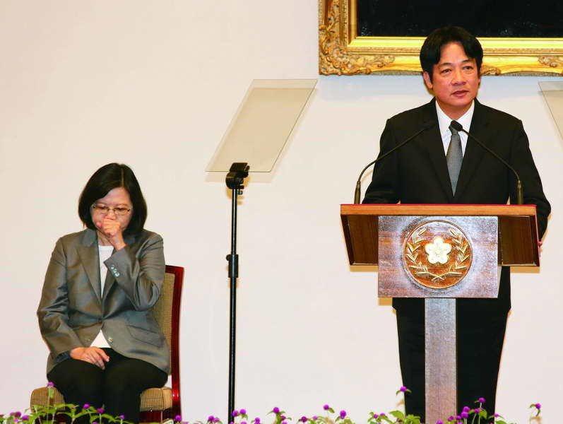 賴揆(右)上任後,小英(左)驟然從管家型總統變成「虛位元首」。 攝影/郭晉瑋