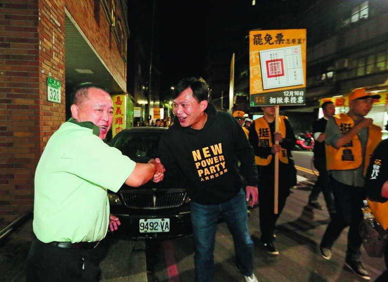 投票前兩天,黃國昌把時間都放在選區,徒步掃街。 攝影/柯承惠