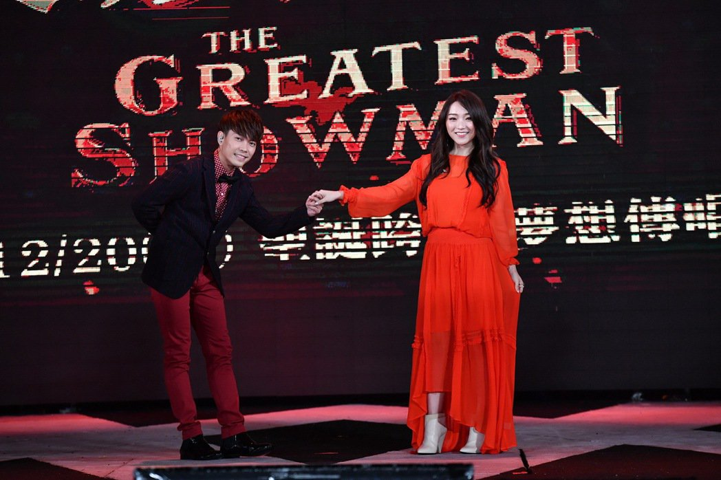 閻亦格(右)與許仁杰(左)對唱情歌。圖/福斯提供