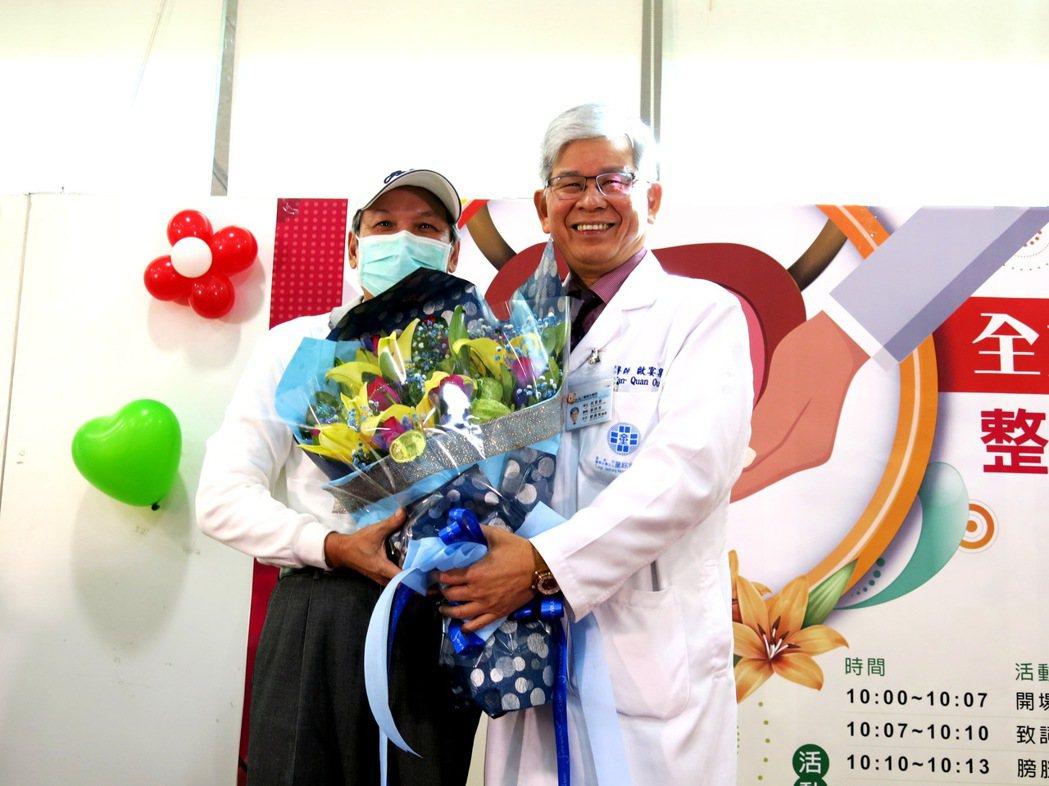 邱姓患者上午親自向歐副院獻花表達成功的謝意。記者黑中亮/攝影
