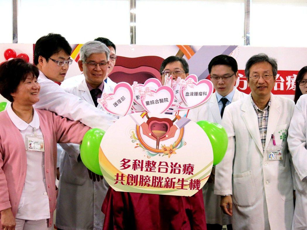 童綜合多科整合治療法成功提高病患的存活率,副院長歐宴泉與醫療團隊共同插牌,宣布獲...