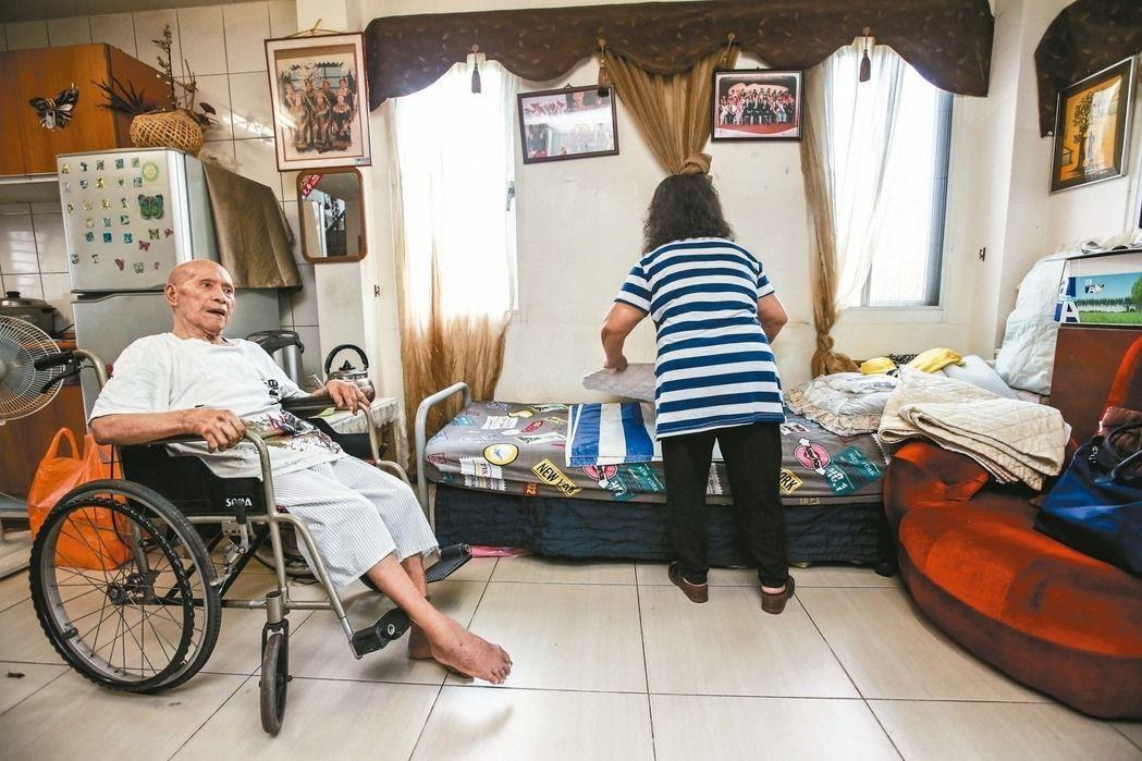 營造一個安全、無障礙的居家環境,是老人防跌的基本工程之一。 報系資料照/記者楊萬...