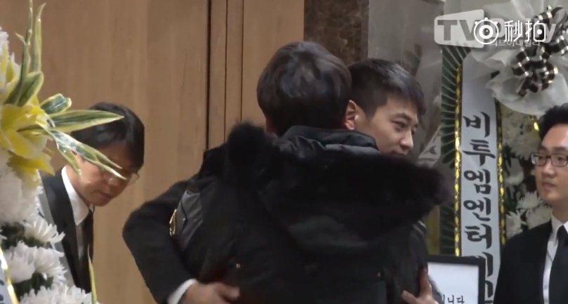 珉豪強忍悲痛,給予前往致意的友人擁抱與安慰。圖/摘自微博