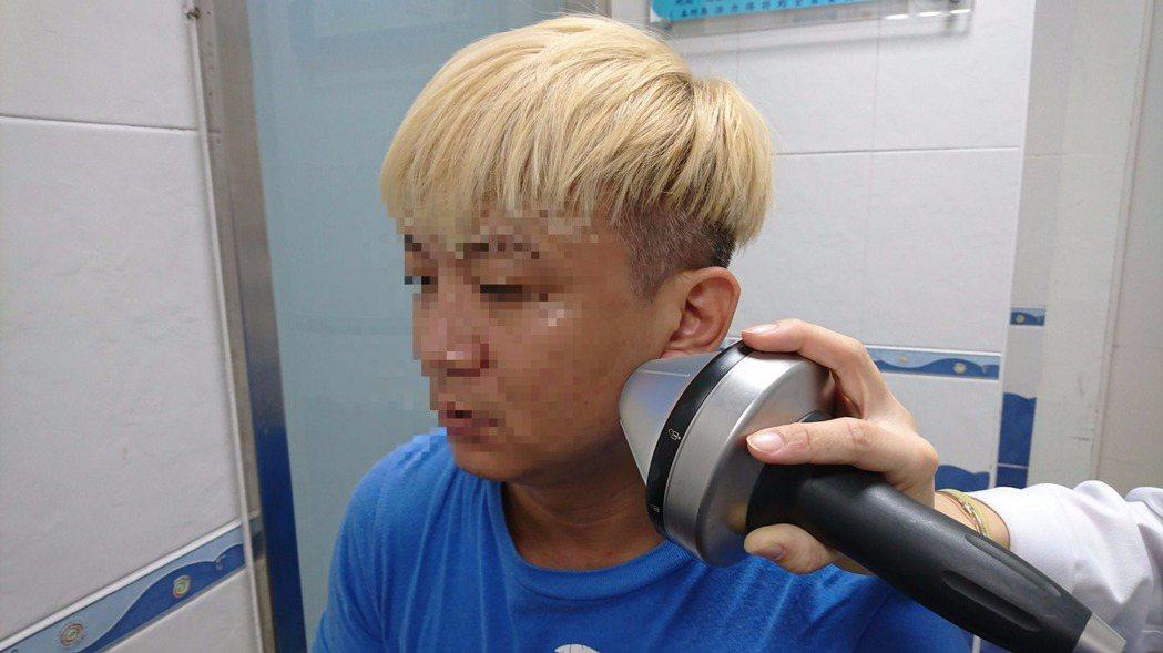 震波治療「顳顎關節障礙」患者,治療方便,在門診就可以進行。照片/業者提供