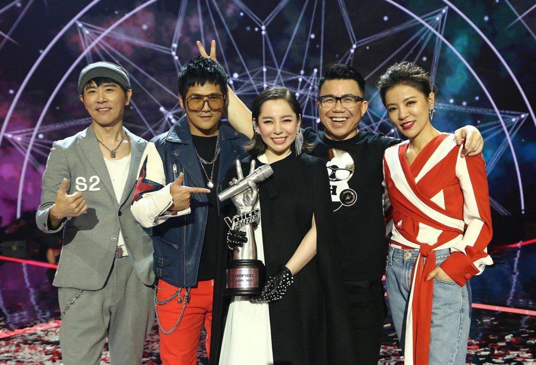 「The Voice 決戰好聲」冠軍由曹格(左二)領軍的林文蓀(中)勝出。伍思凱...