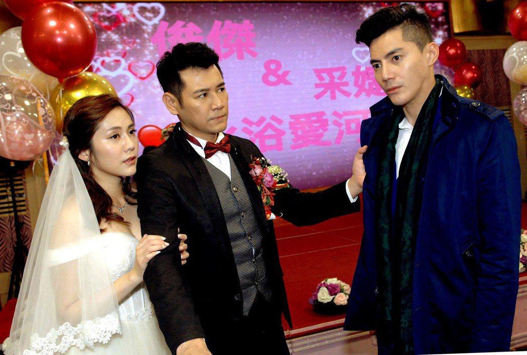 王凱(右)在「春風愛河邊」使壞,搶親王宇婕(左)。圖/華視提供