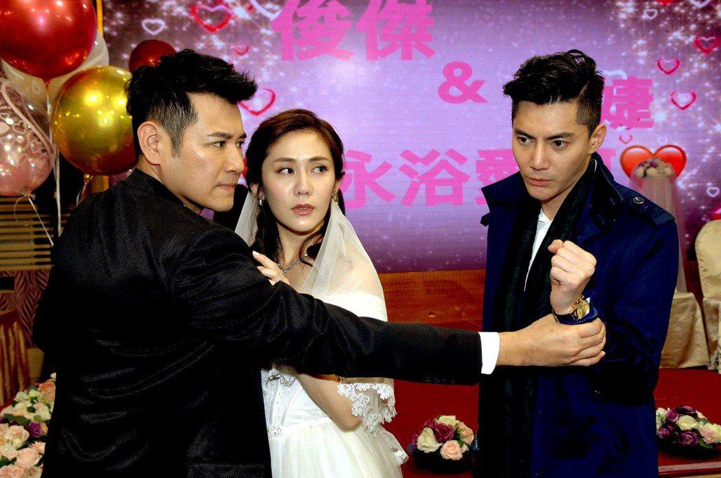王凱(右)在「春風愛河邊」使壞,搶親王宇婕(中)。圖/華視提供