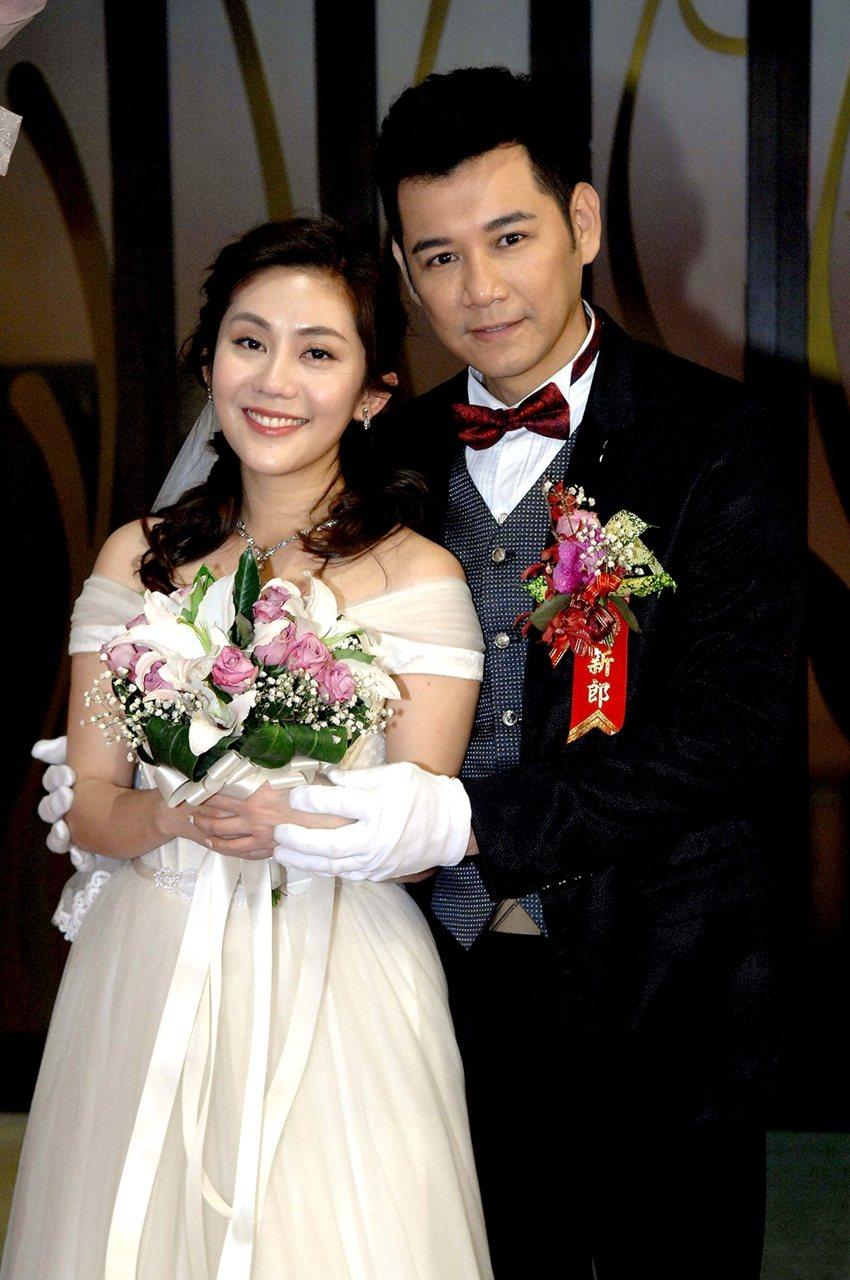 陳熙鋒(右)和王宇婕戲中結婚。圖/華視提供