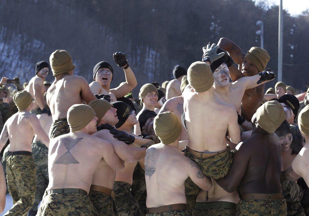 美韓陸戰隊進行雪地演訓,隊員不畏寒冷、打赤膊騎馬打仗。美聯