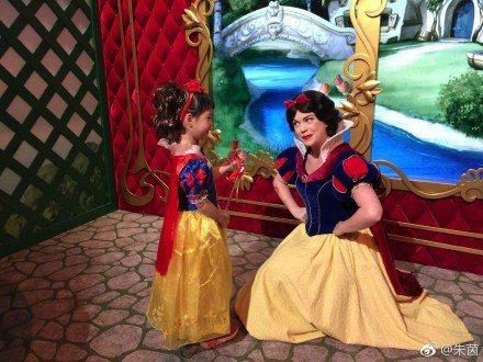迪士尼樂園是全球無數兒童的夢想天堂,尤其小女生都喜歡打扮成卡通片裡的公主,在童話城堡中滿足身為故事主角的心願,就連明星爸媽的寶貝也不例外。照片中可愛的小小白雪公主,不僅造型有模有樣,跟成人演員扮演的...